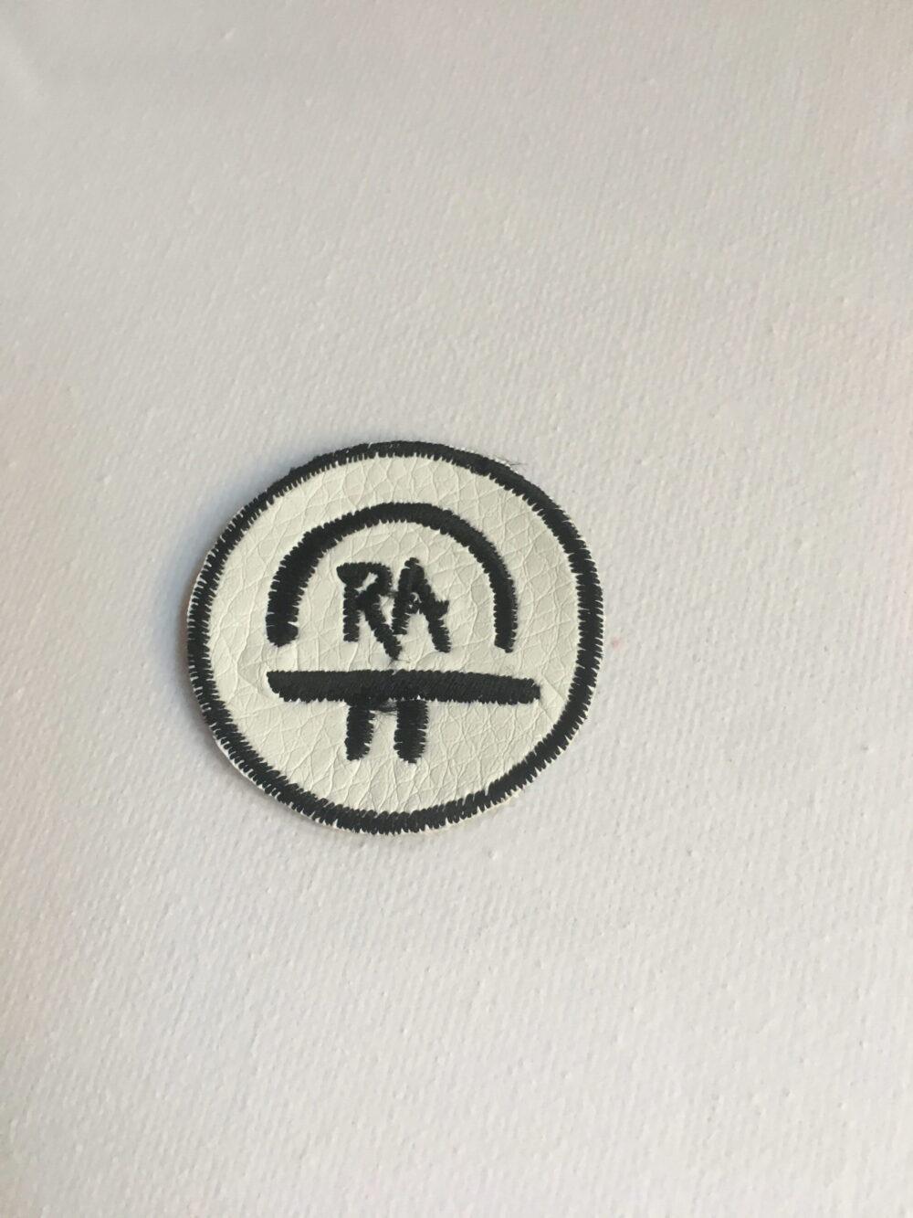 Nášivka S Ochranným Symbolem RA – Bílá 4 Cm